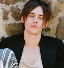 Reeve Carney's picture